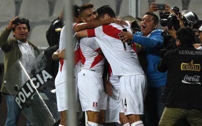 Perú celebra el gol de Jefferson Farfán.