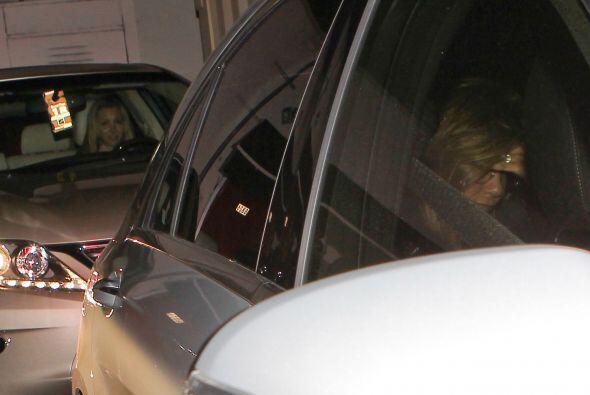 Jennifer no parecía estar cómoda.Fisuras en la puerta dere...
