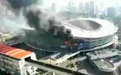 Así fue el impresionante incendio que sufrió el estadio donde juega Carl...