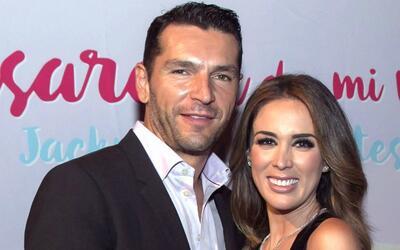 Martín Fuentes apoya a su esposa Jacky Bracamontes en el lanzamie...