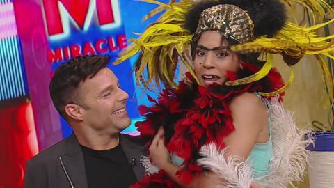 Mela cumplió su sueño y se sentó en las piernas de Ricky Martin