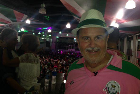 El Gordo de Molina visitó un salón de baile en la favela La Mangueira, c...