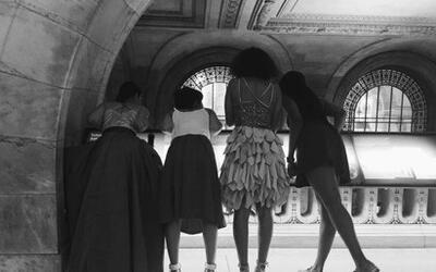 Tras participar en el desfile, cuatro amigas observan la pista de baile...