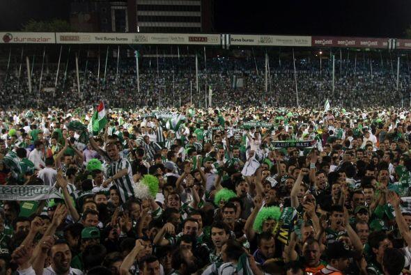 La intensa afición del Bursaspor confía en su plantel, con una base arge...