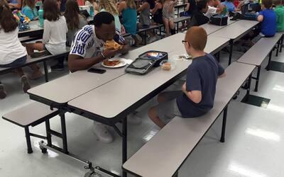 El jugador Travis Rudolph de la Florida State University almuerza con Bo.