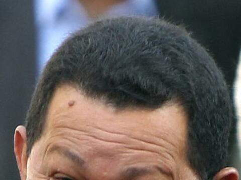 El presidente de Venezuela Hugo Chávez firmó este domingo...