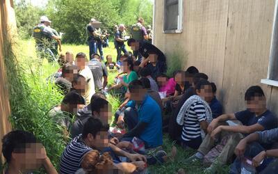 Agentes fronterizos hallaron 52 inmigrantes indocumentados en una casa d...