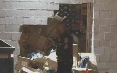 Sospechosos derrumbaron la pared de una tienda en Bellfort para entrar a...
