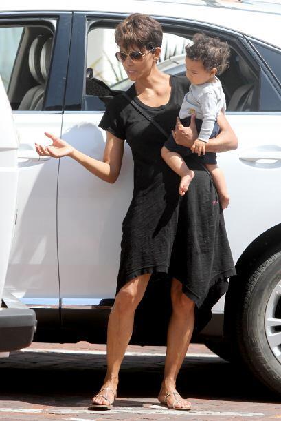 Mientras la actriz de 47 años sacaba a pasear a su encantador nen...