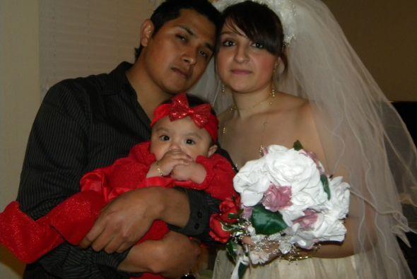 Edgar nos envió esta bonita foto con su esposa Ana y su pequeña hija, Ja...