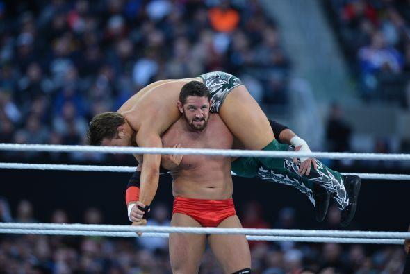 El espectáculo comenzó con The MItz enfrentando a Wade Barrett.