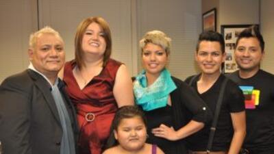 Teresa Serrato y su hija Esperanza junto a los estilistas Ricardo Gonzal...