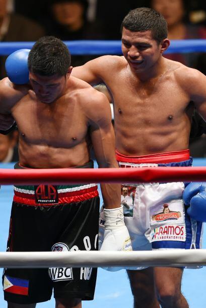 Al final de la pelea González se preocupó por su rival y l...