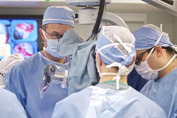 Después de 22 operaciones, le hicieron un transplante de cara en...