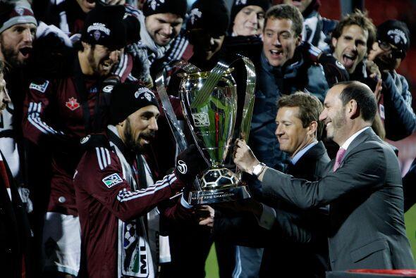 El comisionado de la MLS, Don Garber, presentó el trofeo Philip F...