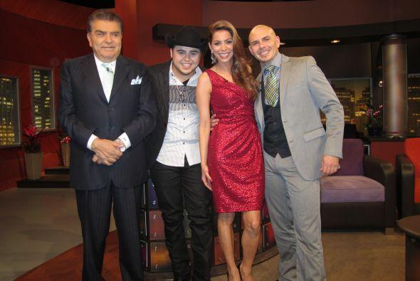 Al cantante lo acompañan la presentadora Lourdes Stephen y Gerardo Ortiz...