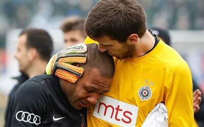 Everton Luiz (izq) recibió insultos racistas durate un partido.