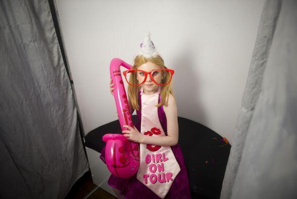 La pequeña princesa disfruto al máximo de la cabina de fotos.