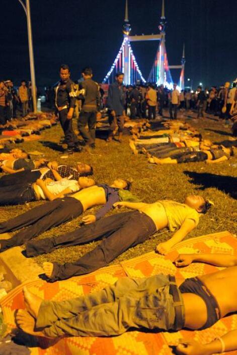 Caminando entre los cadáveres y los heridos tendidos en el puente, los m...