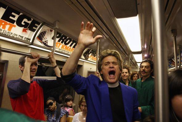 '¡¡¡¡Deja de comprar!!!', grita una y otra vez el Reverendo Billy, como...
