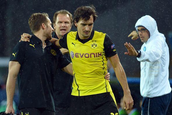 El defensa alemán Mats Hummels se tuvo que retirar del campo debido a un...