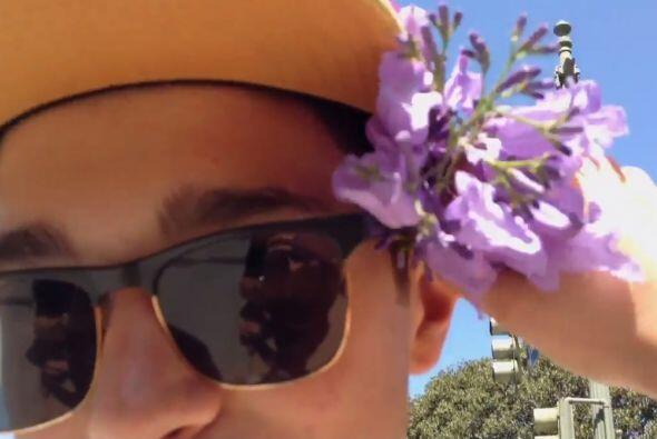 Becky le demuestra su cariño a Austin y le coloca unas lindas flores.