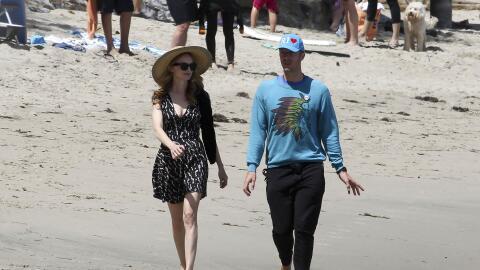 El cantante y la actriz dieron un paseíto por las playas de Malibú.
