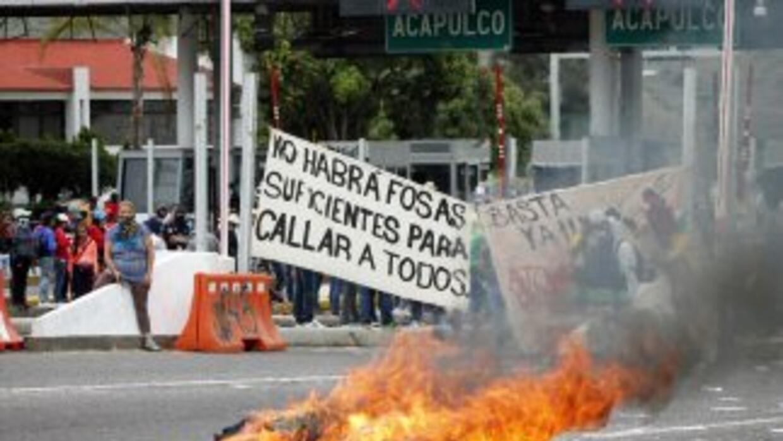 Profesores de Ayotzinapa queman material electoral para boicotear las el...