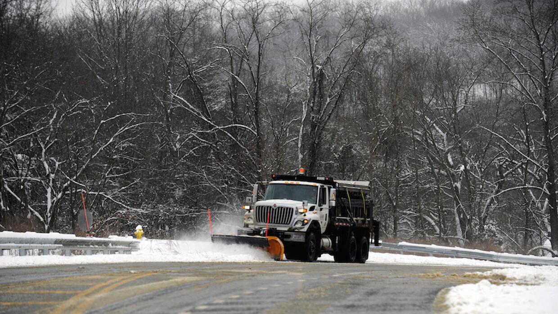 Una barredora de nieve limpia la carretera interestatal 95 en Virginia