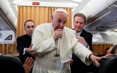 El papa Francisco conversa con periodistas en el avión de regreso...