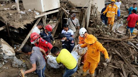A marcha forzada trabajan rescatistas en Mocoa, Colombia, en un esfuerzo...