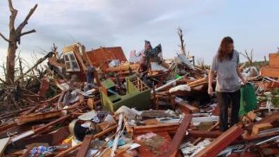 La gente seguía buscando entre los escombros tras el devastador tornado...