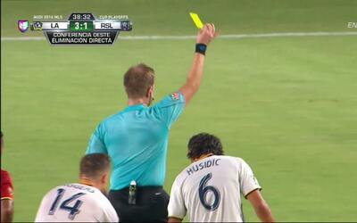 Tarjeta amarilla. El árbitro amonesta a Demar Phillips de Real Salt Lake