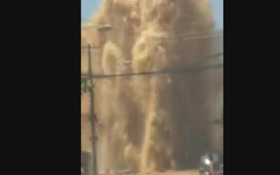 Un gran chorro de agua abrió la calle de un barrio en Río de Janeiro