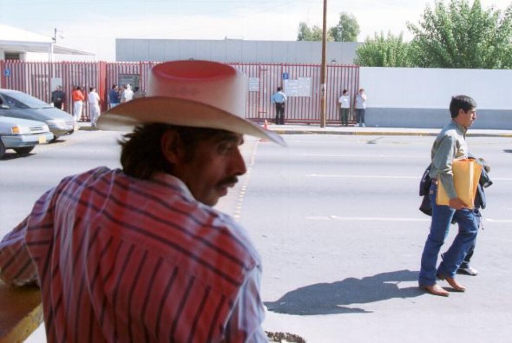 Pero tres cruces internacionales más allá, en Juárez, decenas de persona...