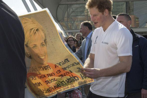 Un fan le regaló un bonito póster de su mami, la princesa Diana.