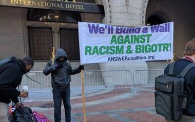 Varios grupos se manifestaron contra Trump ante su nuevo hotel en DC