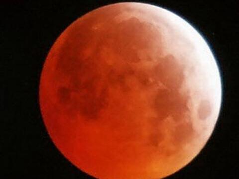 ¡La Luna se tiñe de sangre y mucha gente se asusta! ¿Señal del fin del m...