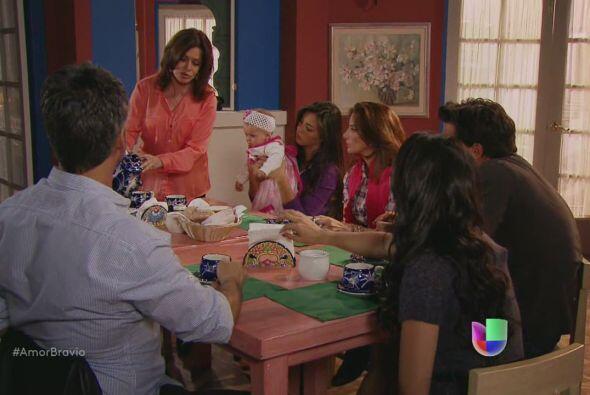 Natalia es la única que puede conseguir portafolios, deben convencerla,...