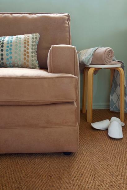 El sofá. Este debe ubicarse contra una pared. Idealmente, esta debe esta...