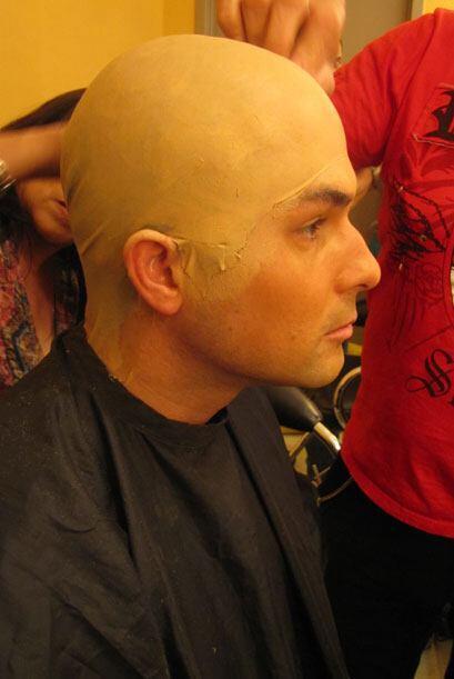 El equipo de maquillaje le colocó una calva falsa y lo maquillaro...