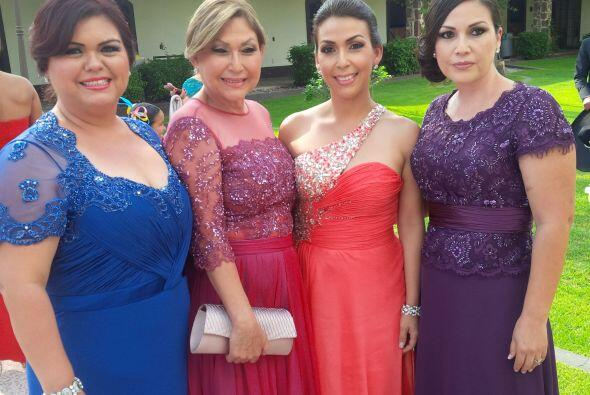 La familia de la novia. La orgullosa mamá de Ana acompañad...