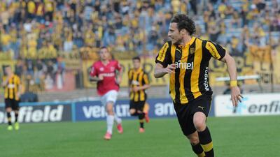 Diego Forlán anotó su primer gol con la playera de Peñarol.