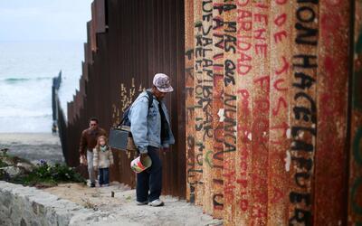 Un tramo del muro fronterizo entre Estados Unidos y México en San Diego,...
