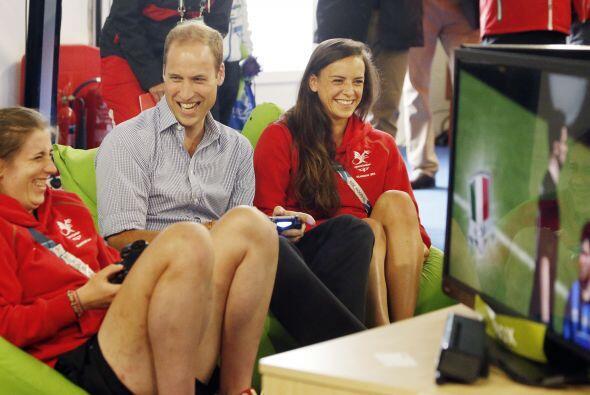 El príncipe William se detuvo un momento de las actividades f&iac...