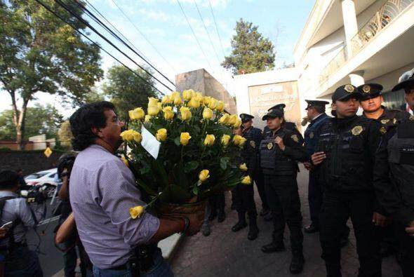 Policías resguardan el ingreso una donde fue trasladado el cuerpo...
