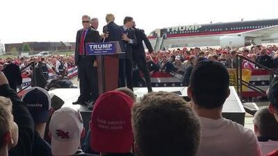 Donald Trump casi atacado por un manifestante