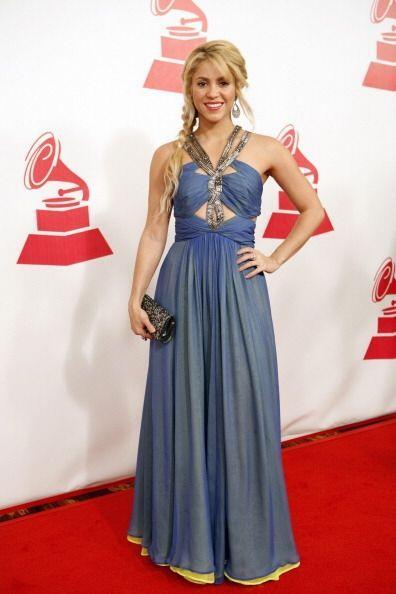 Con este otro horrendo vestido azul de corte helénico, la cantante acudi...