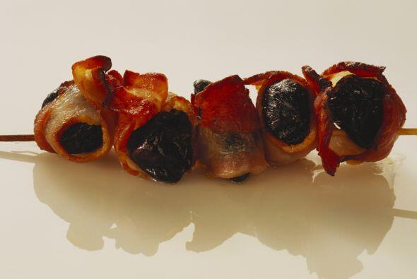 CIRUELAS ENVUELTAS CON TOCINODeliciosos bocados llenos de sabor y textur...