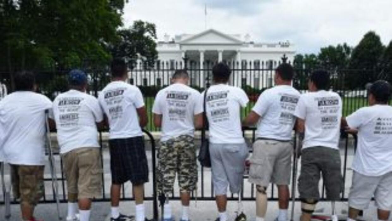 El grupo de inmigrantes, frente a la Casa Blanca.